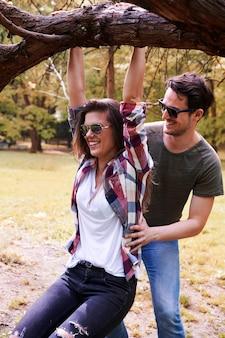 Romantisches paar, das im park genießt