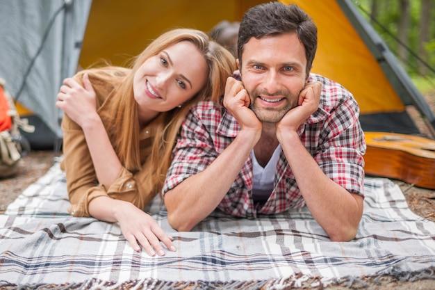 Romantisches paar, das im wald genießt