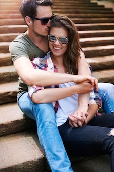 Romantisches paar, das in der stadt genießt