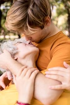 Romantisches paar, das küsst, während draußen im park