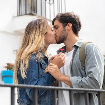 Romantisches paar, das mittleres schuss küsst