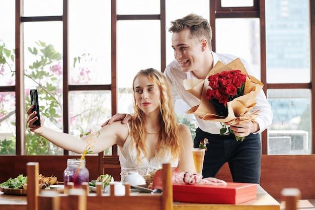Romantisches paar, das selfie nimmt