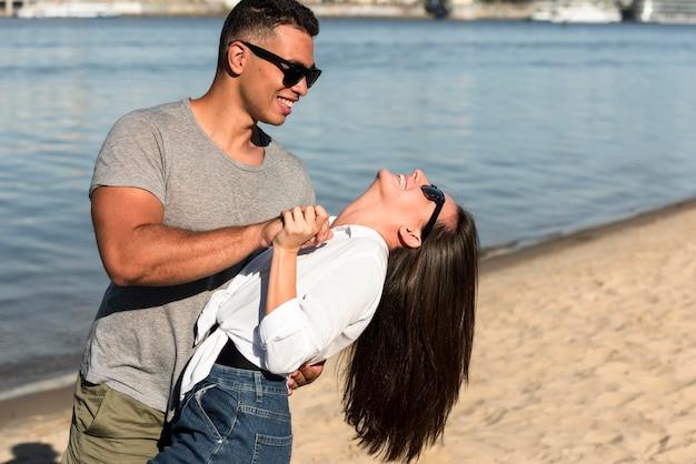 Romantisches paar, das spaß am strand hat
