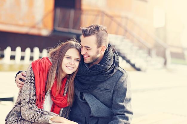 Romantisches paar, das zeit draußen verbringt