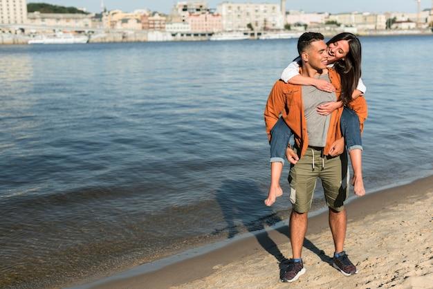 Romantisches paar, das zeit zusammen am strand verbringt