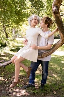Romantisches paar, das zeit zusammen im freien genießt