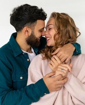 Romantisches paar, das zu hause küsst