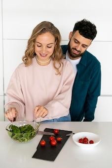Romantisches paar, das zu hause zusammen kocht