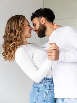 Romantisches paar, das zu hause zusammen tanzt