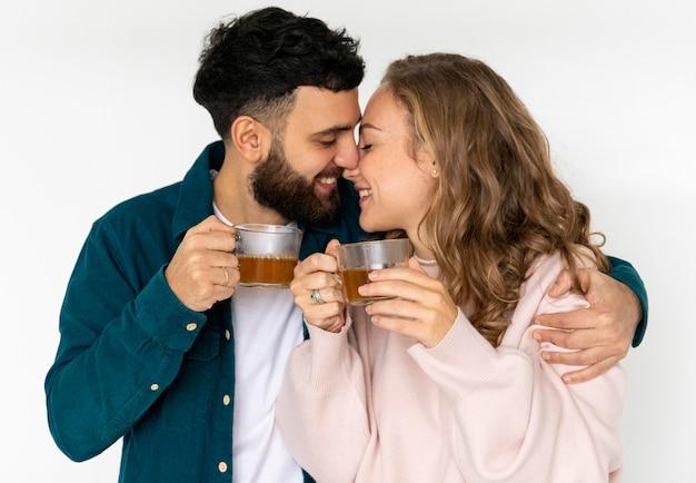 Romantisches paar, das zu hause zusammen tee macht