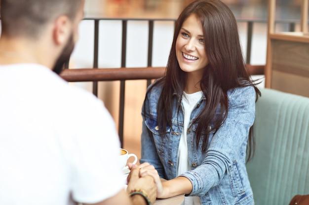 Romantisches paar-dating im café Premium Fotos