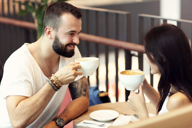 Romantisches paar-dating im café