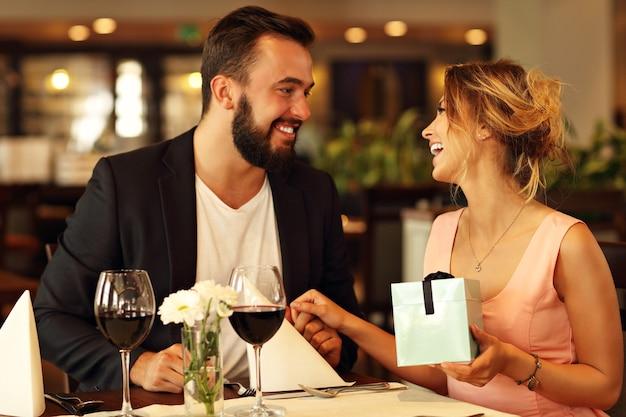 Romantisches paar-dating im restaurant