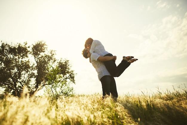 Romantisches paar küssen, sommer im freien