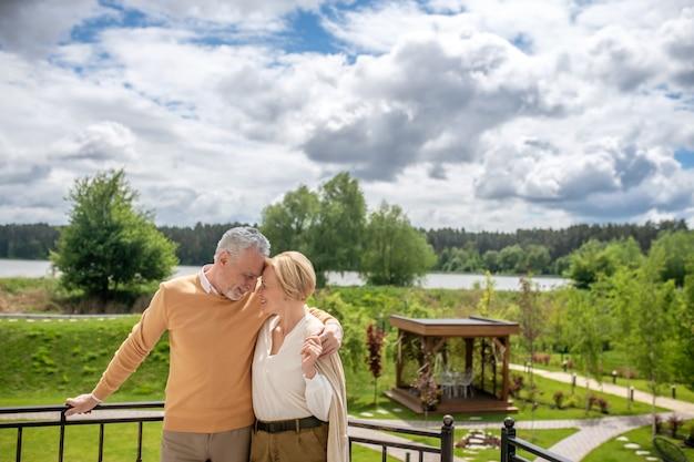 Romantisches paar lehnt die köpfe aneinander