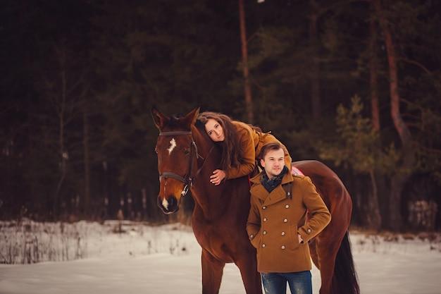 Romantisches paar mit einem pferd