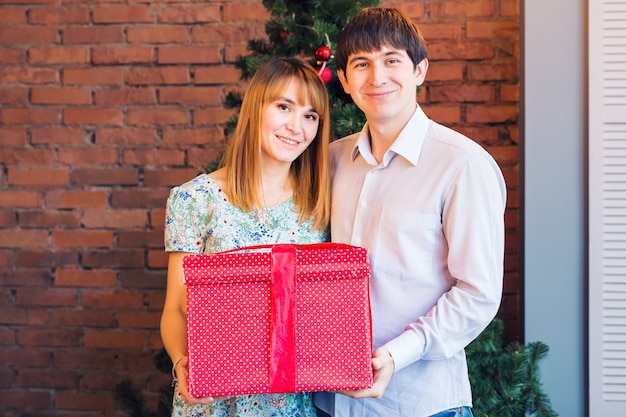 Romantisches paar mit geschenkbox
