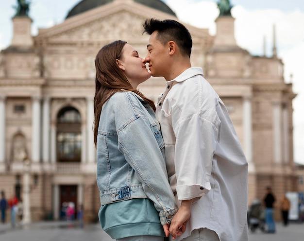 Romantisches paar mit mittlerem schuss, bereit zu küssen