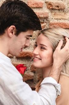 Romantisches paar mit rose