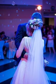 Romantisches paar tanzen auf ihrer hochzeit