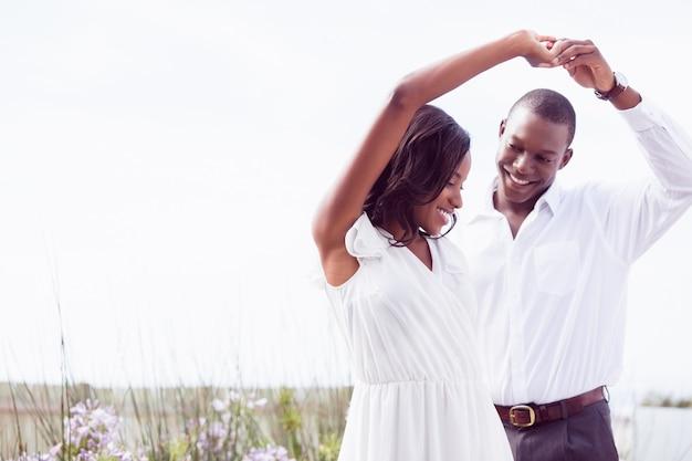 Romantisches paar tanzen und lächeln