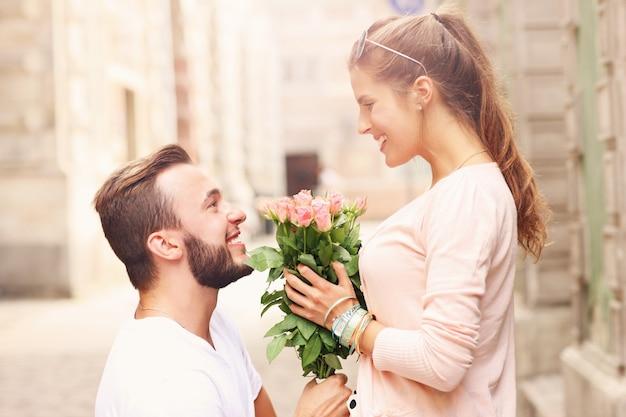Romantisches paar verlobt sich in der stadt