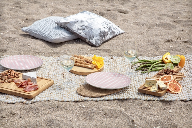 Romantisches picknick für zwei am meer. urlaubs- und romantikkonzept.