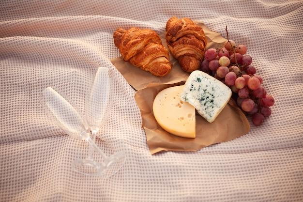 Romantisches picknick für zwei bei sonnenuntergang.