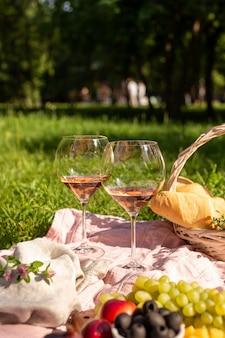 Romantisches picknick mit wein im sommergarten