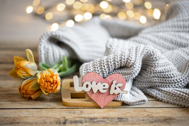 Romantisches stillleben mit dekorelement und strickelement