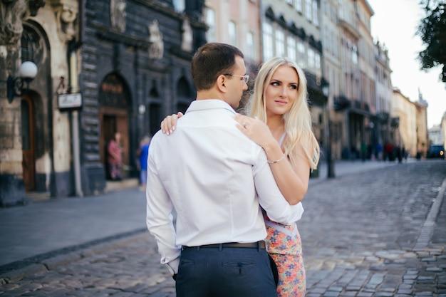 Romantisches touristenpaar, das entspannend durch die stadt geht