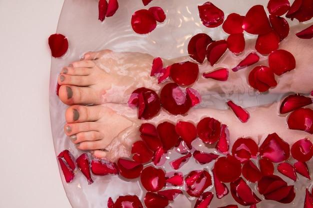 Romantisches valentines-day-bad mit rosenblüten, home spa, luxuriöse selbstversorgung