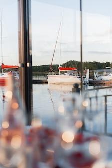 Romantisches valentinsgrußrestaurant im yachtclub