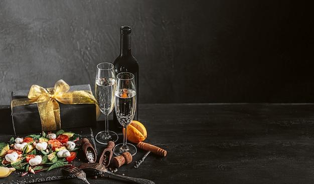 Romantisches vegetarisches abendessen für zwei personen am valentinstag mit champagner und salat