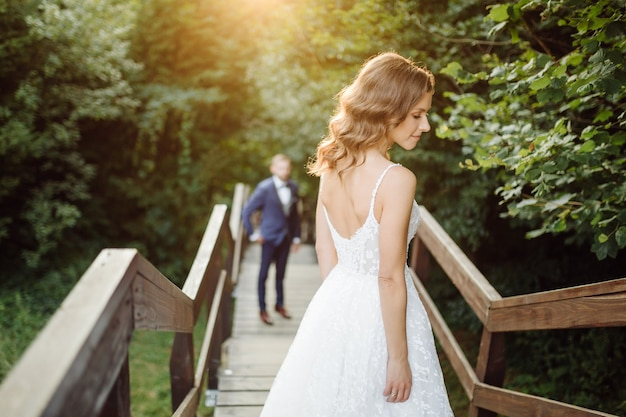 Romantisches verliebtes hochzeitspaar spaziergänge in den bergen und im wald