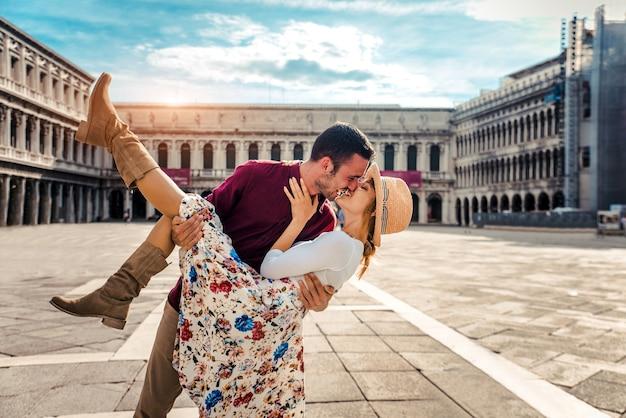 Romantisches verliebtes paar, das in der stadt venedig, italien küsst.
