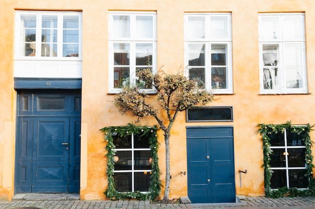 Romantisches vorstadtgebäude mit alter fassade