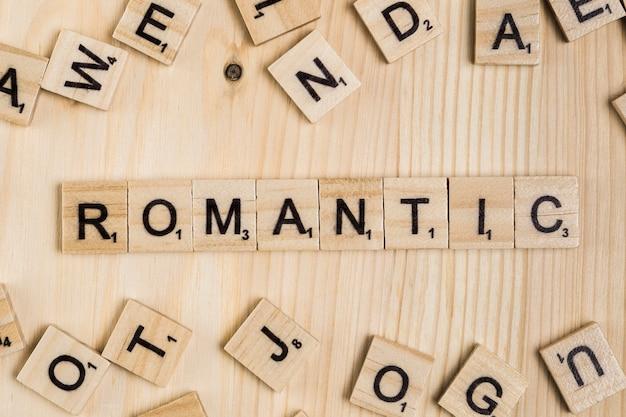 Romantisches wort auf holzfliesen
