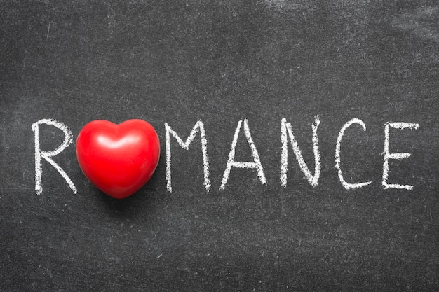 Romantisches wort handschriftlich auf tafel mit herzsymbol statt o