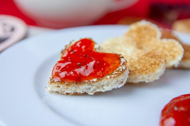 Romatischer herzförmiger toast