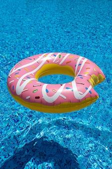 Rosa aufblasbarer donut donut im schwimmbad strandpoolzubehör