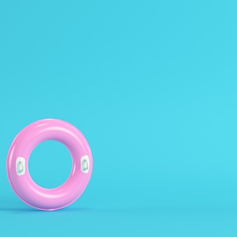 Rosa aufblasbarer ring auf hellblauem hintergrund