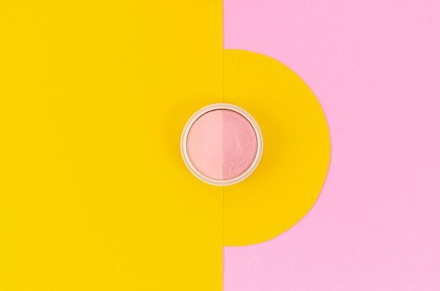 Rosa augenmake-up auf gelbem und rosa hintergrund