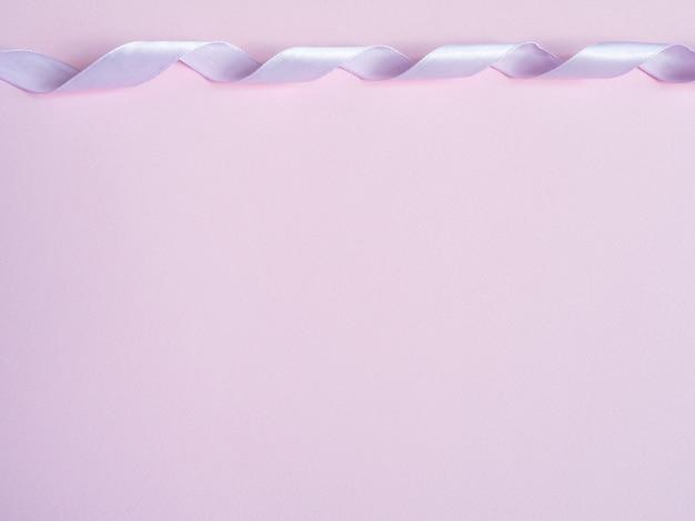 Rosa bänder auf rosa hintergrund kopieren sie platz.