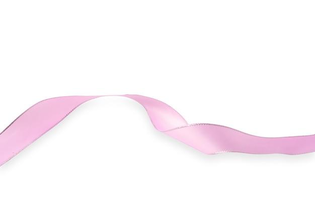 Rosa band lokalisiert auf weißem hintergrund, die kampagne gegen brustkrebs weltweit unter verwendung des kampagnensymbols in form eines rosa bandes, kopienraum.