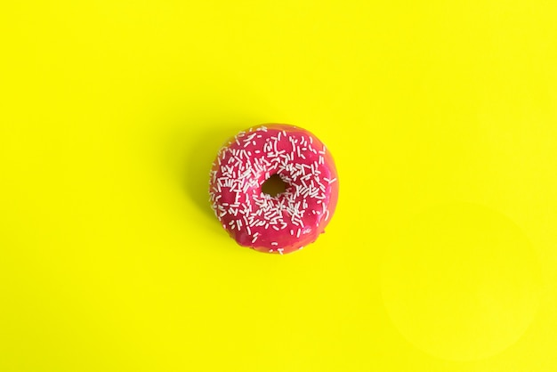 Rosa besprühter donut lokalisiert