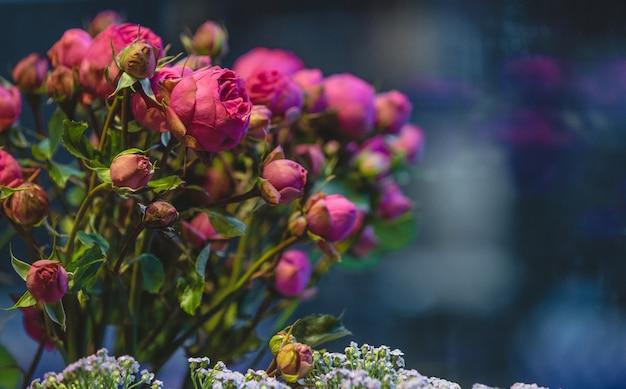 Rosa blütenpfingstrosenblumen herausgestellt für verkauf in einem blumenspeicher