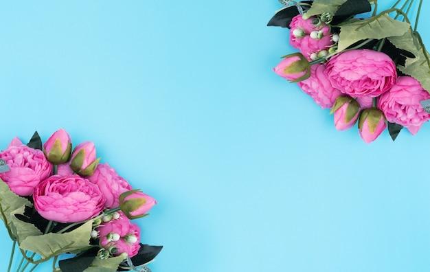 Rosa blumen auf blauem hintergrund