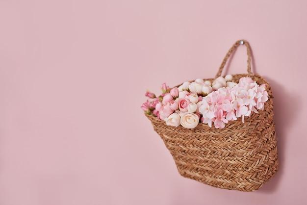 Rosa blumen im korb auf rosa wand