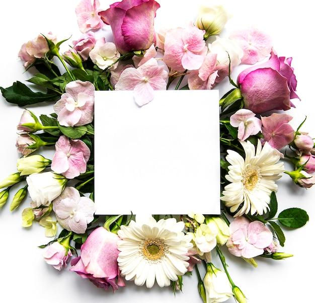 Rosa blumen im rahmen mit weißem quadrat für text